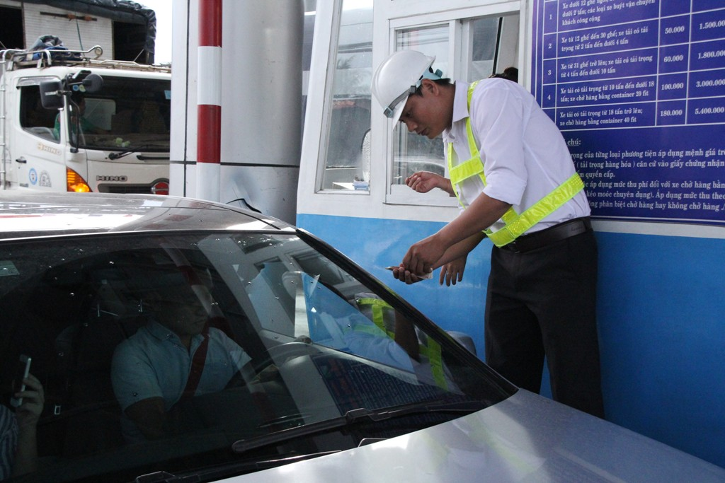 Chính trị - Xã hội - Tài xế dùng tiền lẻ qua trạm thu phí: Tổng cục Đường bộ sẽ làm việc với tỉnh Tiền Giang