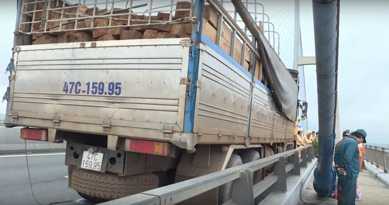 Xã hội - Tìm được thi thể tài xế xe tải nhảy cầu Mỹ Thuận tự tử