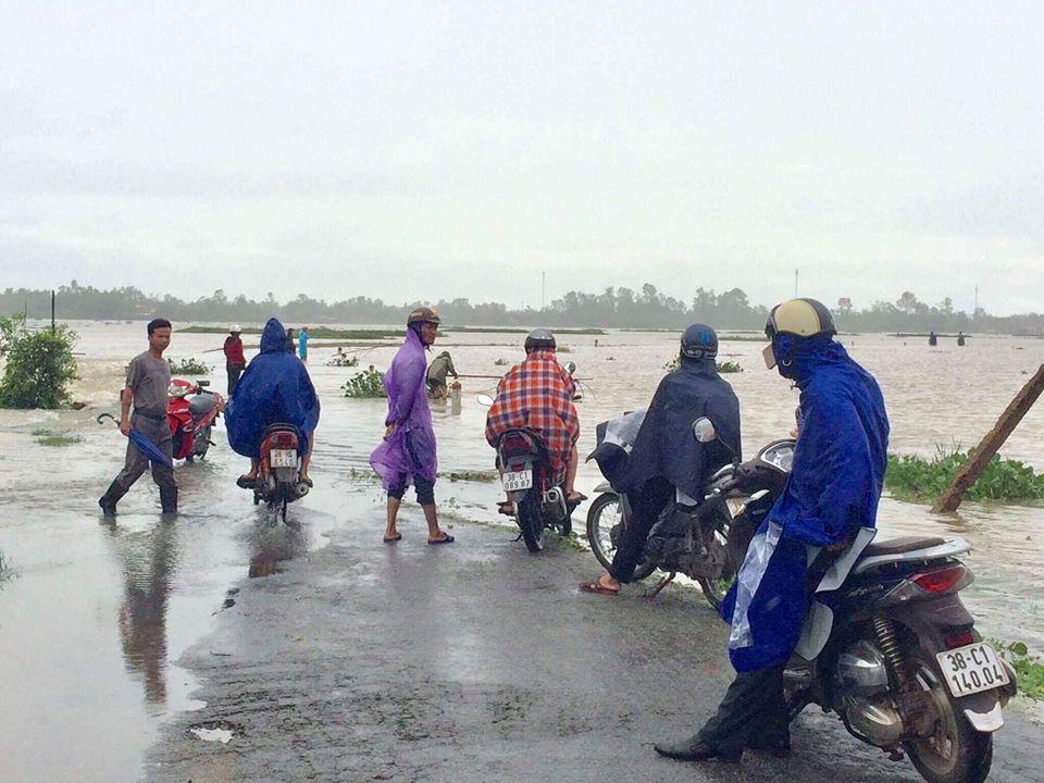 Chính trị - Xã hội - Hà Tĩnh ngập sâu, xe tải bị nước lũ cuốn trôi (Hình 2).