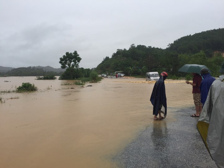 Chính trị - Xã hội - Hà Tĩnh ngập sâu, xe tải bị nước lũ cuốn trôi (Hình 3).