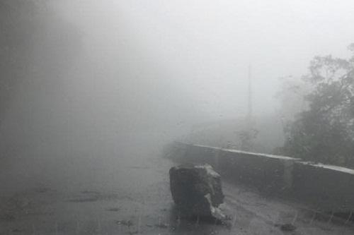 Tin nhanh - Sạt lở QL8A, sương mù dày đặc gây ách tắc giao thông (Hình 2).