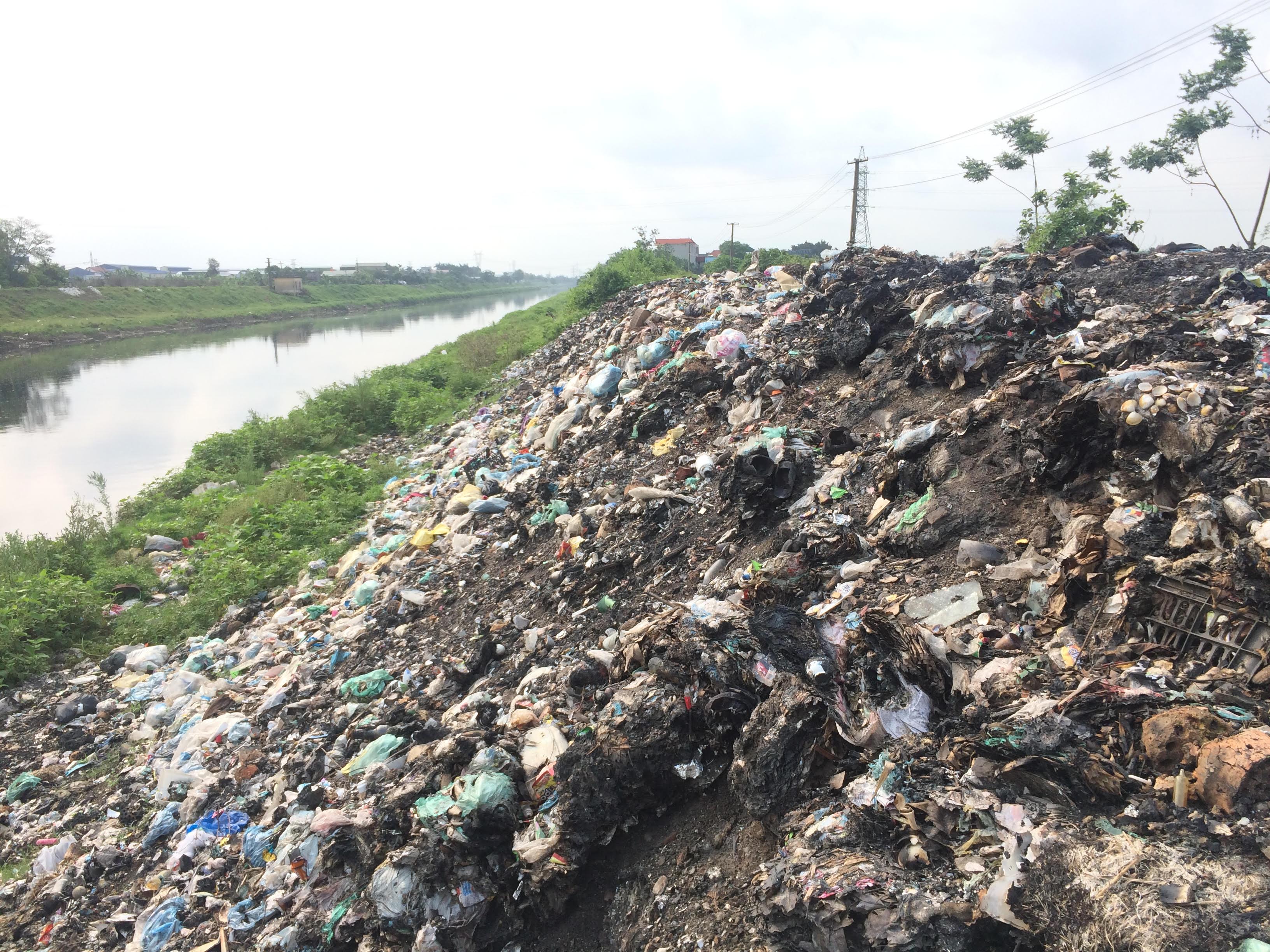 Môi trường - Hà Nội: Hai bờ sông Nhuệ bị rác... 'bức tử' (Hình 2).