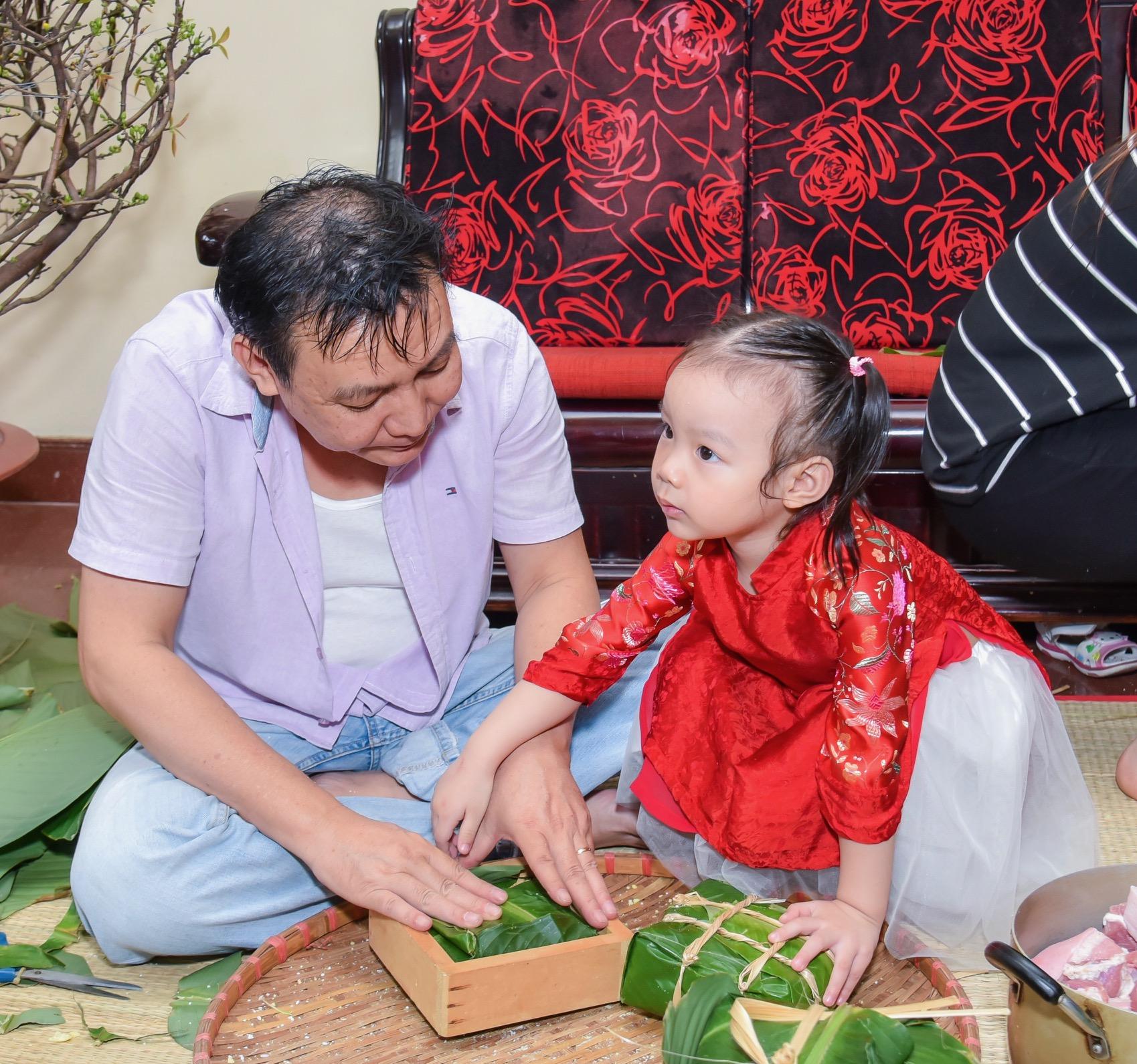 Ngôi sao - Gia đình Á hậu Trịnh Kim Chi quây quần gói bánh chưng đón Tết (Hình 2).