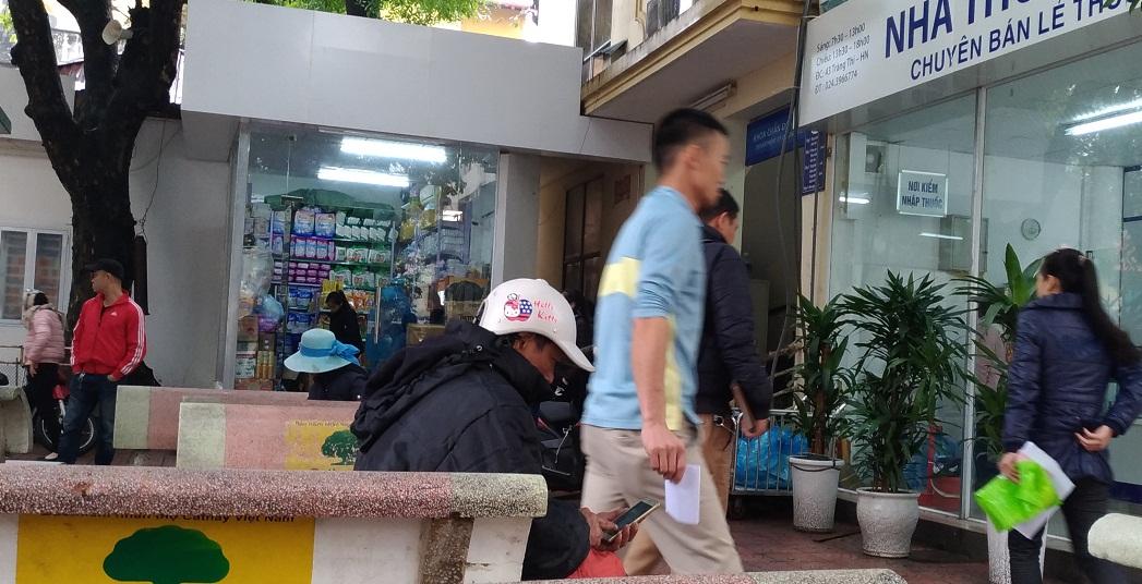 Người nhà bệnh nhân co ro trong giá rét tại bệnh viện Phụ sản Trung ương - Hình 2