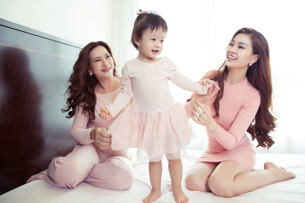 Ngày 8/3 ngắm bộ ảnh 3 thế hệ phụ nữ gia đình Á hậu Diễm Trang  - Hình 7