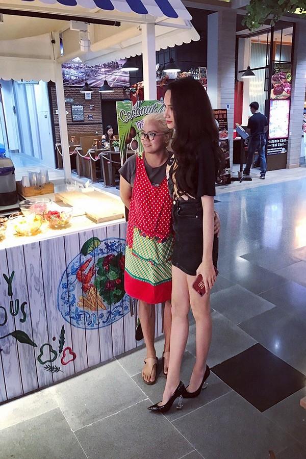 Tân Hoa hậu Chuyển giới Hương Giang được khán giả săn đón khi đi mua sắm ở Thái  - Hình 5