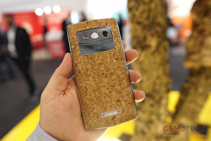 Độc đáo điện thoại có vỏ làm bằng nút chai, bền tới 50 năm - Hình 9
