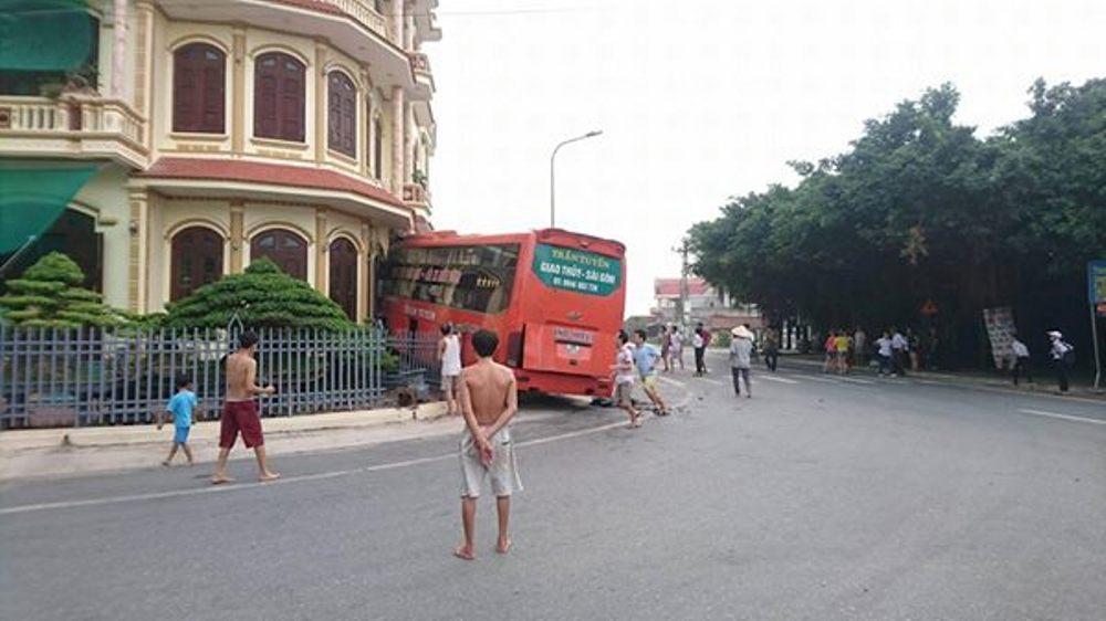 Xã hội - Nam Định: Xe khách giường nằm lao thẳng vào nhà dân