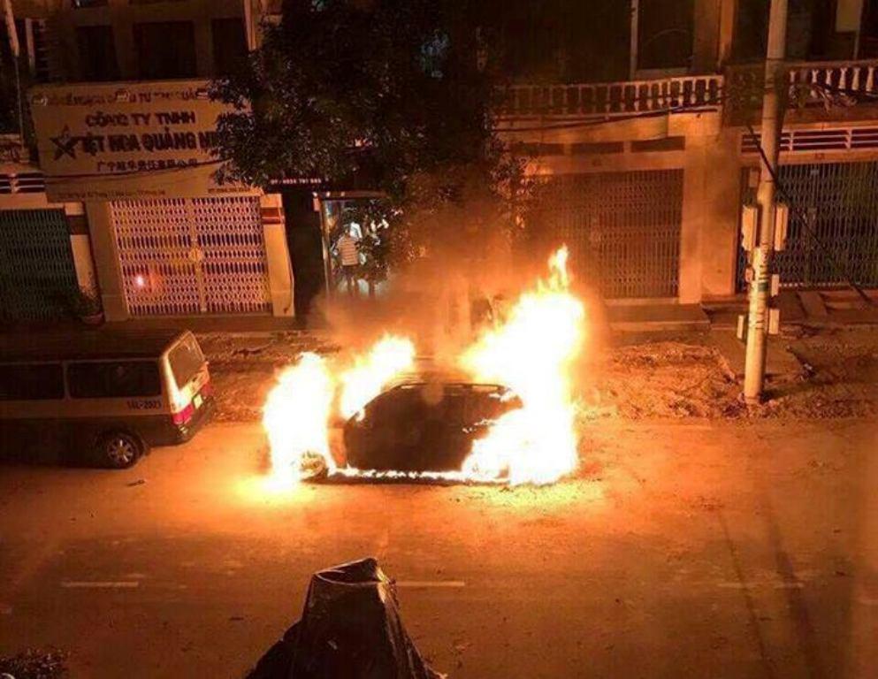 Chính trị - Xã hội - Quảng Ninh: Xe sang bất ngờ cháy rụi trước cửa nhà