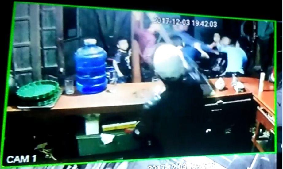 An ninh - Hình sự - Vụ phát hiện thi thể nam thanh niên dưới ao: Camera ghi lại hình ảnh nạn nhân bị đánh (Hình 2).