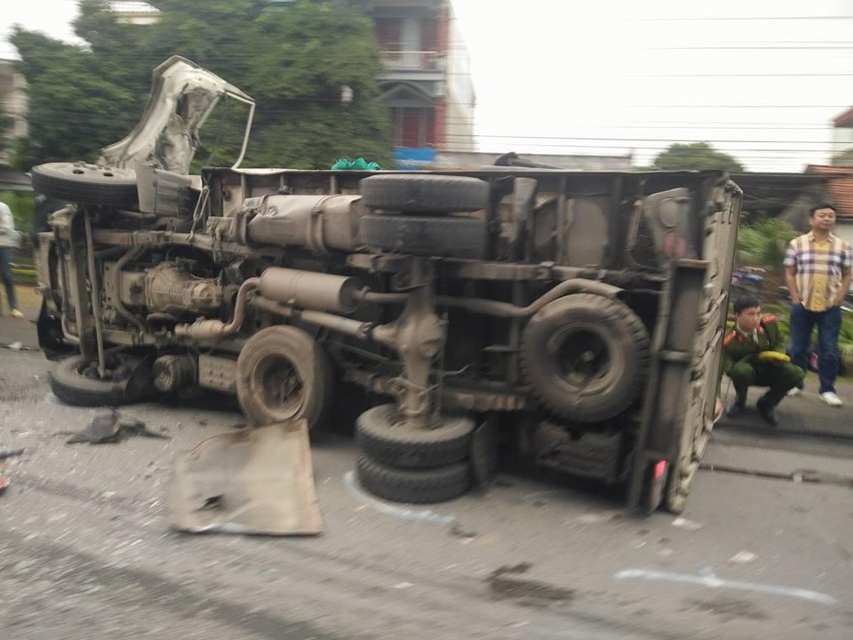 Tin nhanh - Quảng Ninh: Ô tô khách đâm trực diện xe tải, tài xế xe tải bị thương nặng (Hình 2).