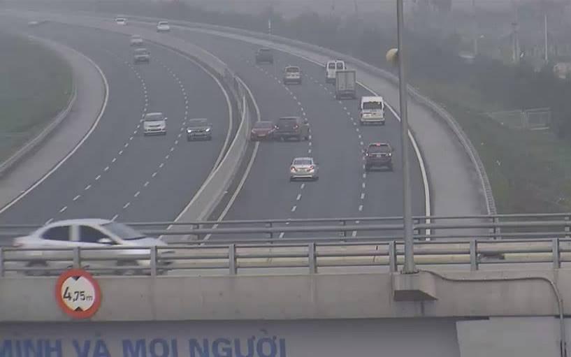 Xa lộ - Clip: Kinh hoàng ô tô đi ngược chiều trên cao tốc HN-HP (Hình 2).