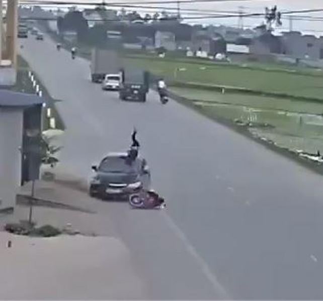 Xa lộ - Clip: Sang đường không quan sát, người đàn ông bị ô tô hất tung lên trời (Hình 2).