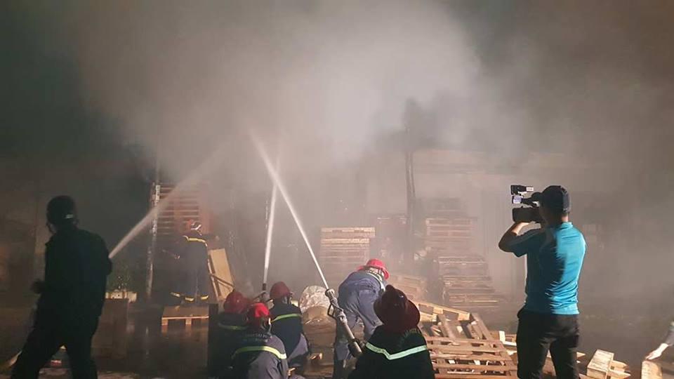 Mới- nóng - Hải Phòng: Đang cháy lớn trên phố, xưởng gỗ và 3 ngôi nhà bị thiêu rụi (Hình 2).