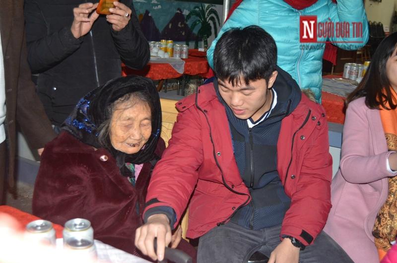 """Lương Xuân Trường trong vòng tay bà nội ngày trở về """"vinh quy bái tổ"""" - Hình 2"""