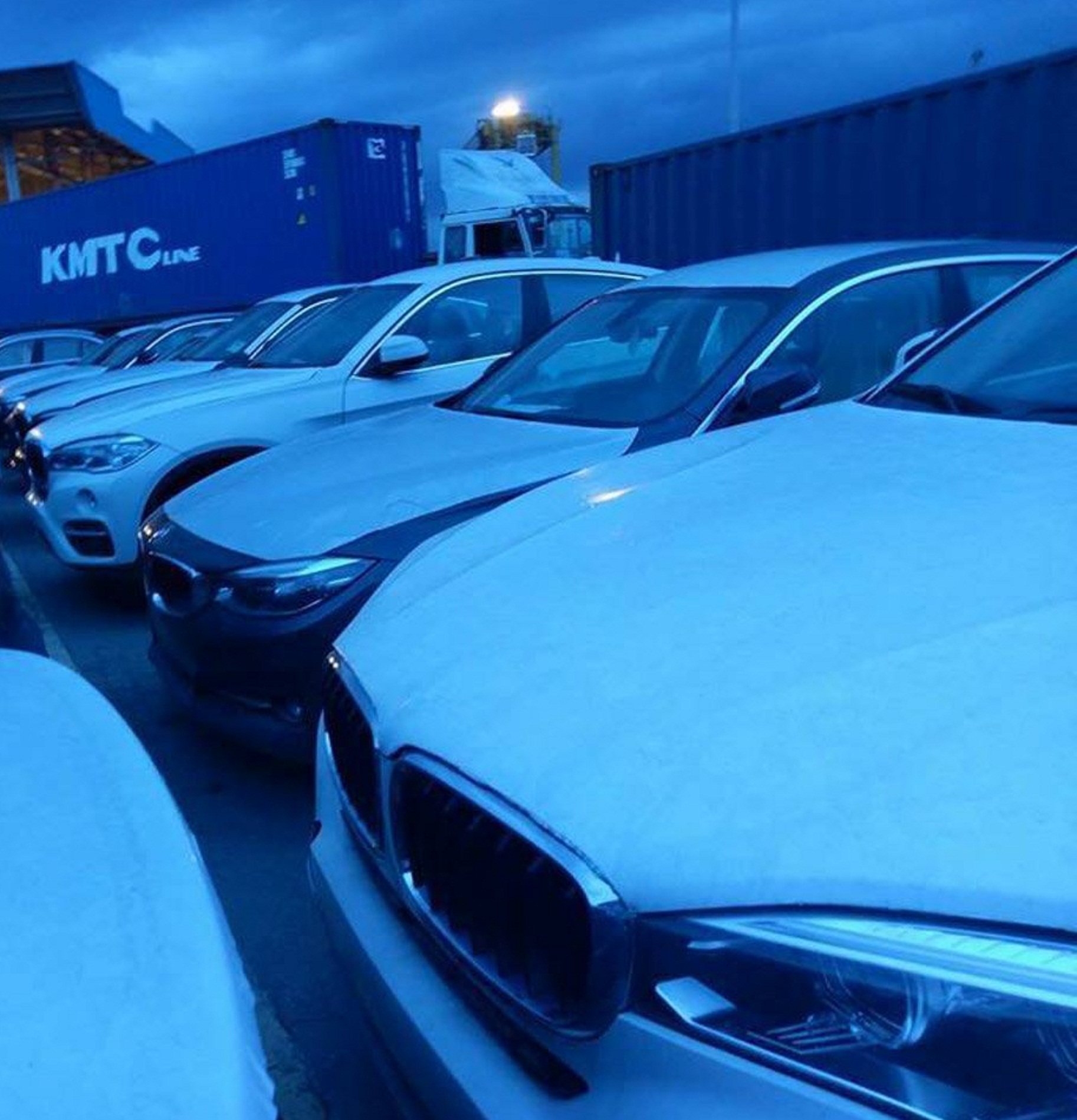 """Kinh doanh - Cận cảnh 700 xe sang của 'gã khổng lồ"""" BMW đang phủ bụi tại cảng (Hình 2)."""