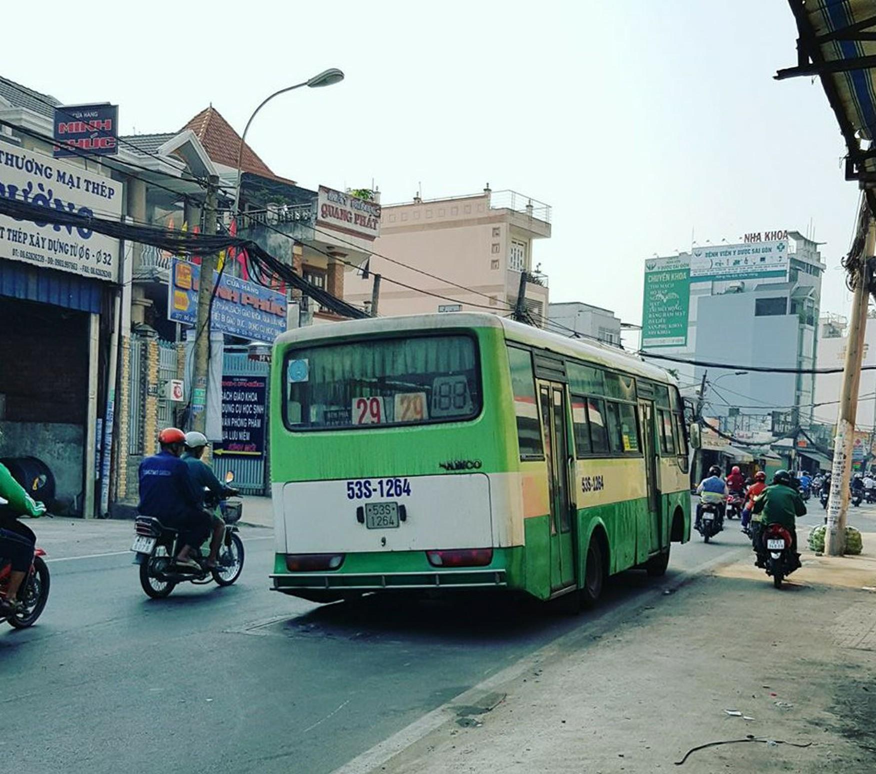 Tin nhanh - Hoảng hồn vì xe buýt đang chạy bất ngờ… rớt bánh