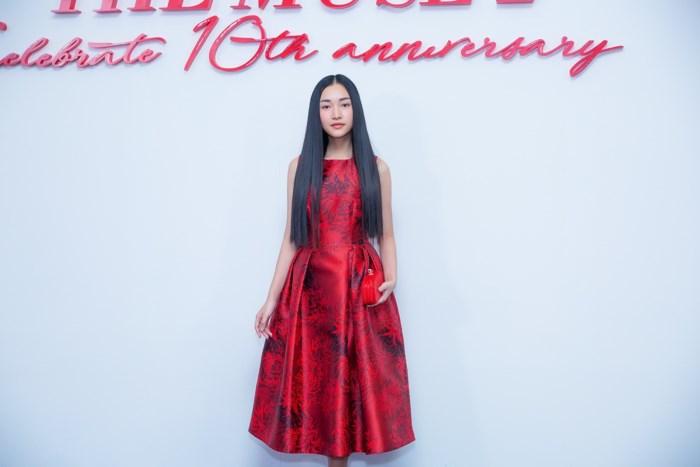 """""""Nàng thơ xứ Huế"""" Ngọc Trân khoe vẻ đẹp mong manh trên thảm đỏ thời trang - Hình 1"""