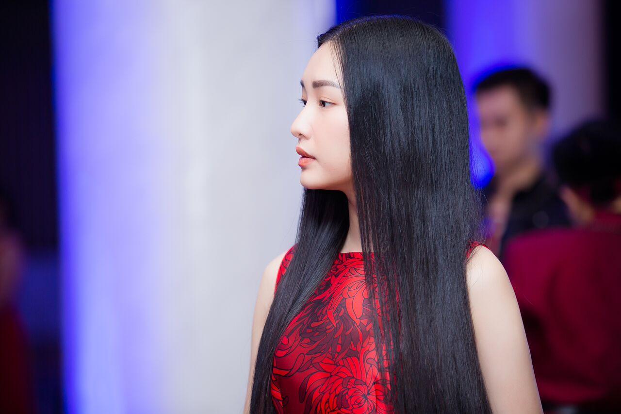 """""""Nàng thơ xứ Huế"""" Ngọc Trân khoe vẻ đẹp mong manh trên thảm đỏ thời trang - Hình 3"""