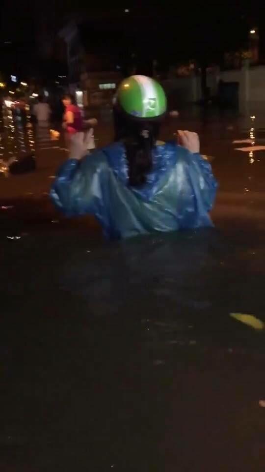Tin nhanh - Hà Nội: Xe chết máy la liệt, người dân vật vã 'bơi' về nhà sau mưa lớn (Hình 5).