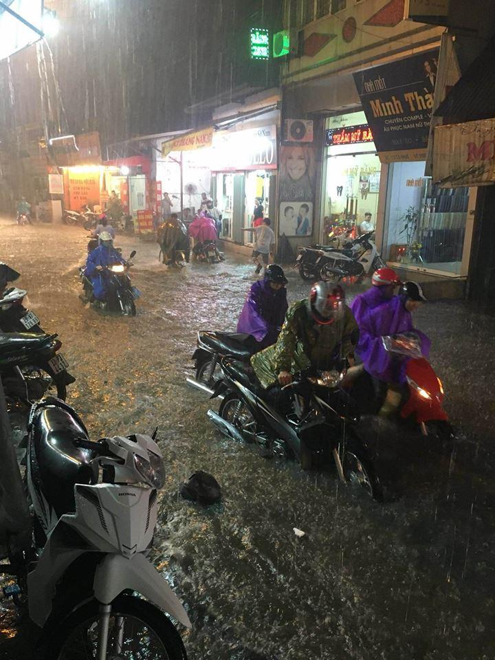 Tin nhanh - Hà Nội: Xe chết máy la liệt, người dân vật vã 'bơi' về nhà sau mưa lớn (Hình 2).