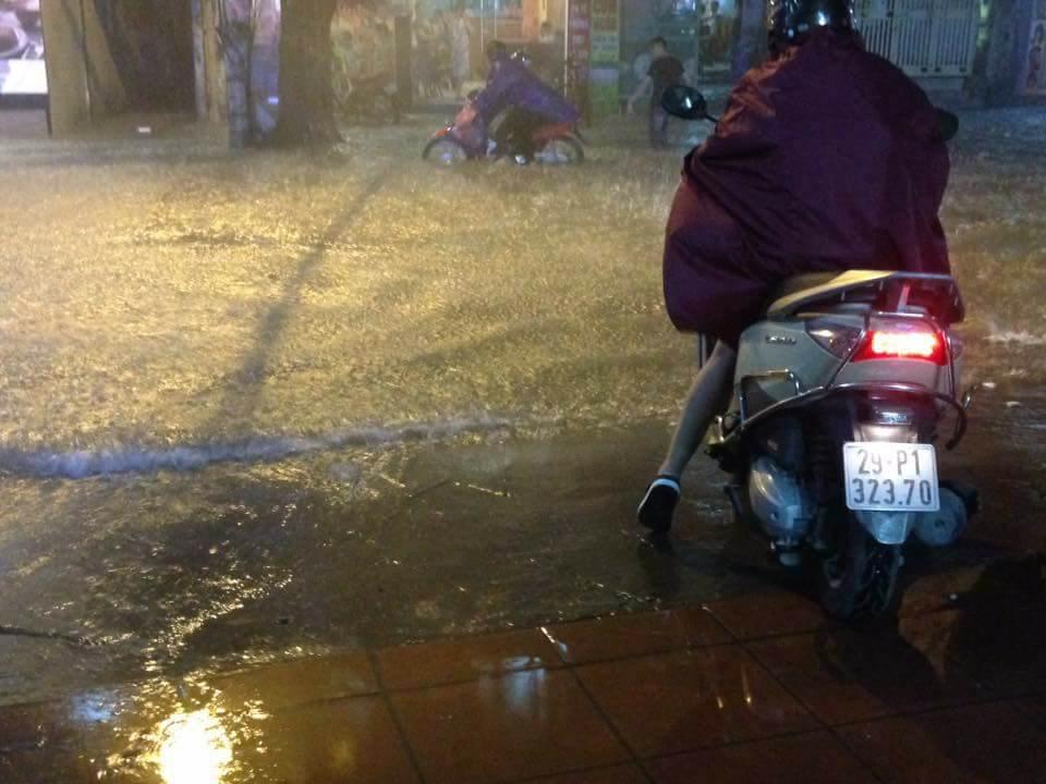 Tin nhanh - Hà Nội: Xe chết máy la liệt, người dân vật vã 'bơi' về nhà sau mưa lớn (Hình 4).