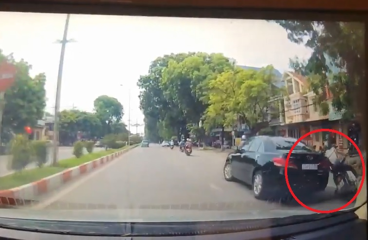 Video - Clip: Quay đầu ẩu, ôtô tông ngã người đi đường rồi thản nhiên bỏ chạy (Hình 2).