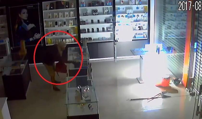 Video - Clip: Trộm cắt cửa, đột nhập vào cửa hàng 'cuỗm' hàng chục điện thoại (Hình 2).