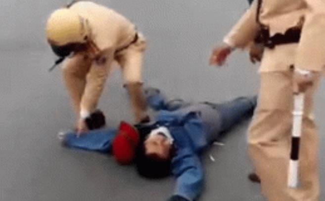 Mới- nóng - Clip: Bị CSGT dừng xe, người đàn ông lăn ra đường ăn vạ