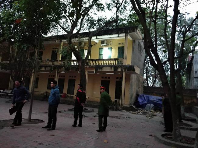 Mới- nóng - Clip: Hiện trường vụ sập lan can khiến 16 học sinh nhập viện