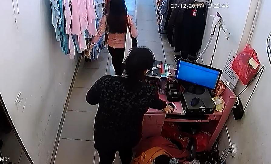 Mới- nóng - Clip: Nữ quái vờ mua hàng rồi trộm điện thoại trong shop quần áo