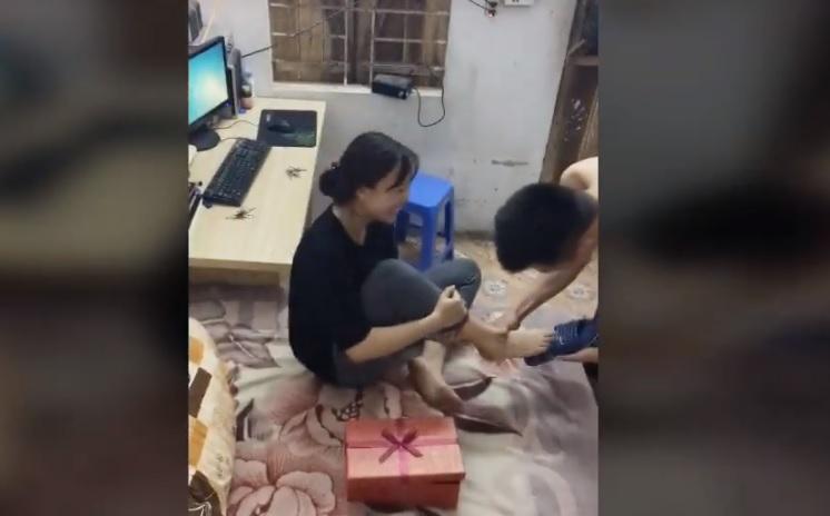 Mới- nóng - Clip: Cười ra nước mắt với món quà bất ngờ chồng tặng vợ ngày 8/3