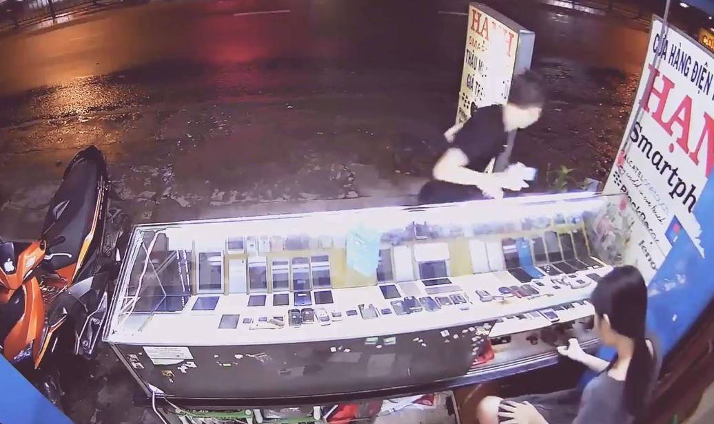 Mới- nóng - Clip: Thanh niên vờ mua hàng rồi cầm hai điện thoại bỏ chạy