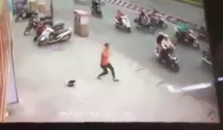 Mới- nóng - Clip: Cô gái bất lực đứng nhìn tên trộm phóng xe máy tẩu thoát