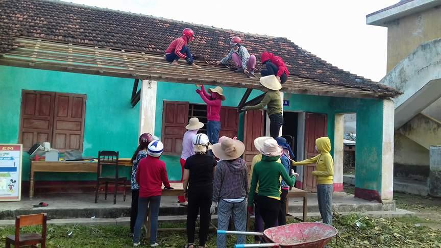 Chính trị - Xã hội - Nữ giáo viên dọn gạch, lợp ngói trường sau bão (Hình 4).