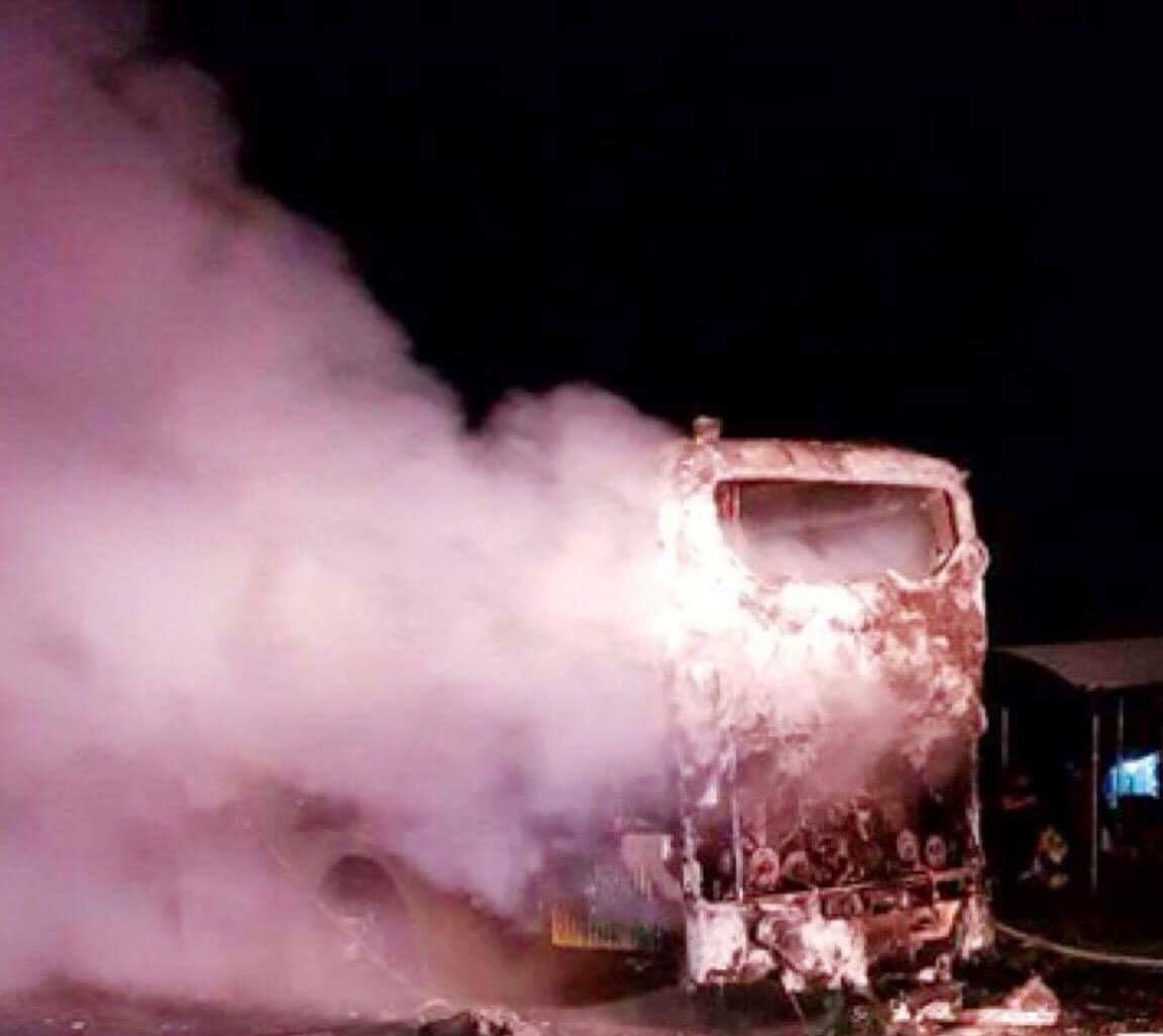 Tin nhanh - Xe khách bốc cháy trơ khung khi đang lưu thông