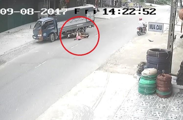 Video - Clip: Không làm chủ tốc độ, hai thanh niên lao thẳng vào xe tải (Hình 2).