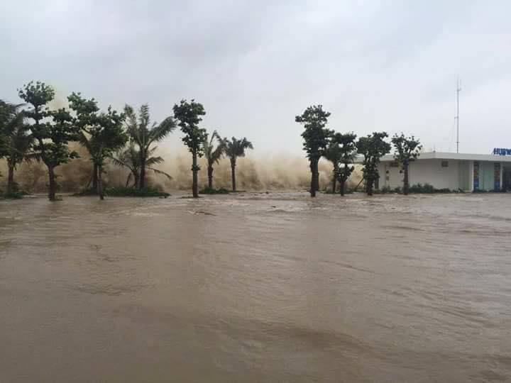 Video - Clip: Ảnh hưởng bão số 10, sóng đánh cao gần 5 mét ở TP.Sầm Sơn (Hình 2).