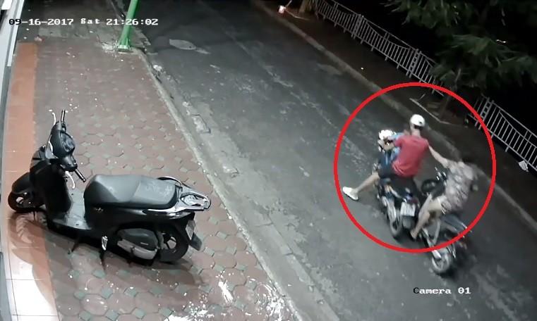 Video - Clip: Chở theo trẻ nhỏ, đôi nam nữ vẫn thản nhiên trộm xe (Hình 3).
