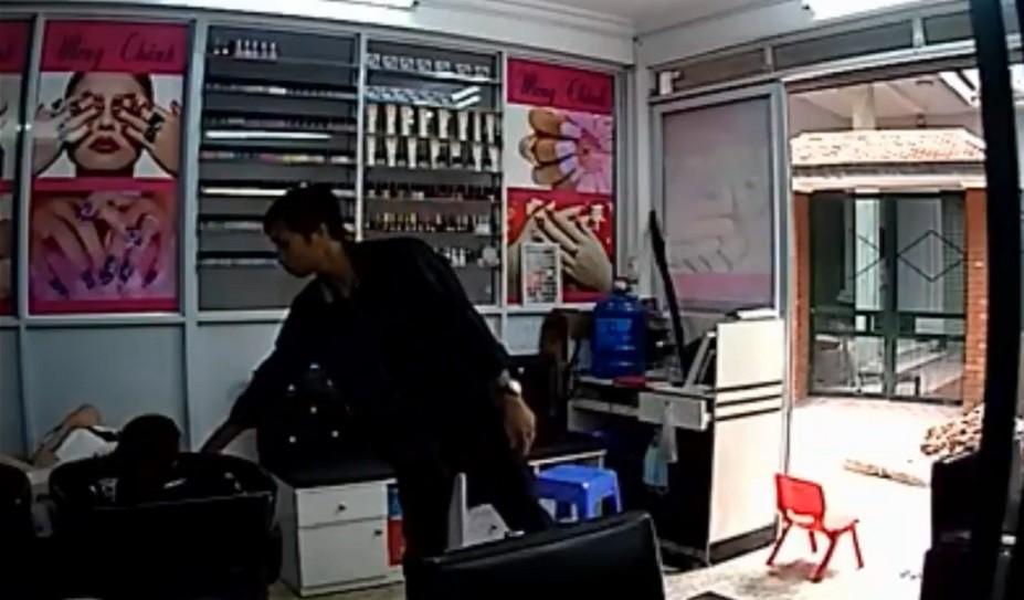 Pháp luật - Clip: Nữ nhân viên ngủ say bị trộm vào 'cuỗm' tiền và điện thoại (Hình 2).