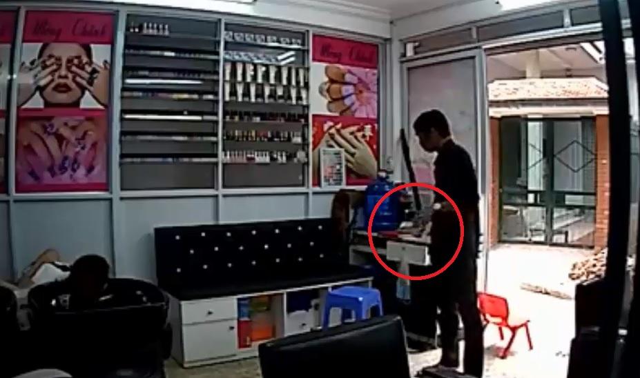 Pháp luật - Clip: Nữ nhân viên ngủ say bị trộm vào 'cuỗm' tiền và điện thoại