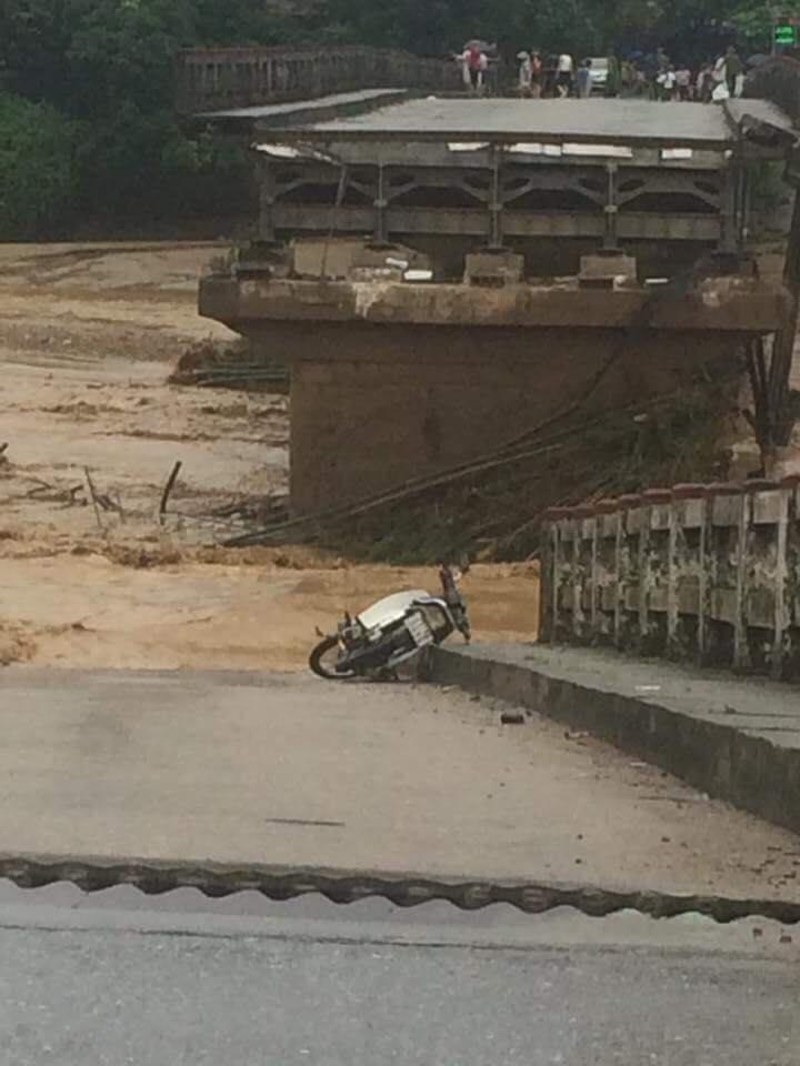 Video - Mưa lũ ở Yên Bái: Sập cầu Thia, 2 người bị nước lũ cuốn trôi [Clip] (Hình 3).