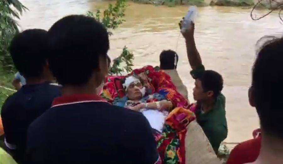 Video - Clip: Người dân đóng bè vượt suối, đưa cụ bà đến bệnh viện cấp cứu