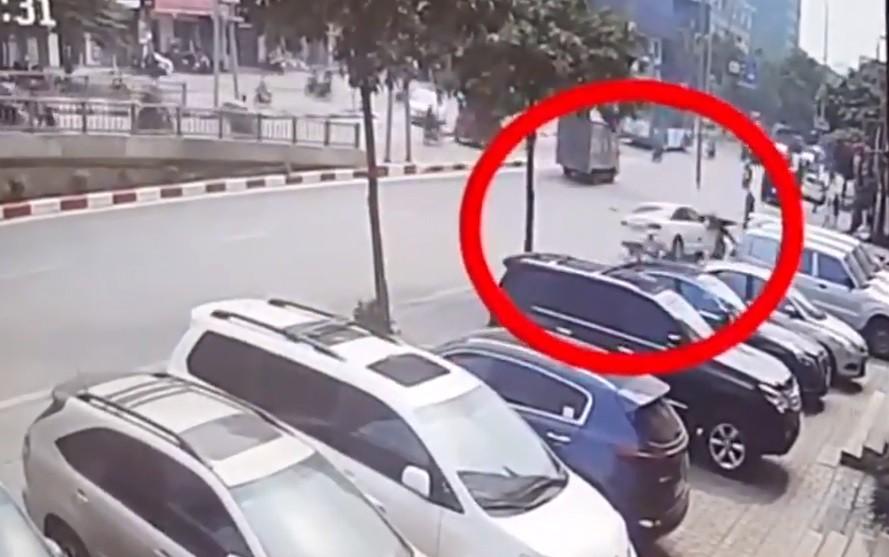 Xa lộ - Clip: Khoảnh khắc Audi tông trúng người đi bộ rồi húc đổ cột đèn (Hình 2).
