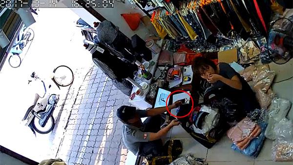 Hình sự - Clip: Vờ mua hàng, người đàn ông trộm iPhone trước mặt nhân viên