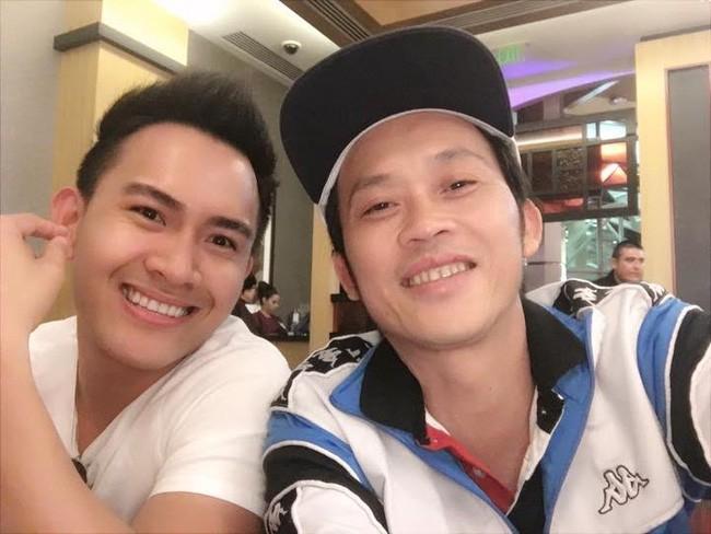 Giải trí - Clip: Hoài Linh 'đầu bù tóc rối' thổi nến đón sinh nhật cùng con trai (Hình 2).