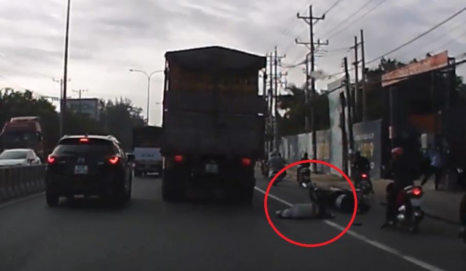Mới- nóng - Clip: Va chạm với xe tải, một người phụ nữ bị cán tử vong