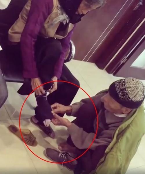 Mới- nóng - Clip: Cụ ông cởi giày, nhường tất cho cụ bà khiến dân mạng cảm động