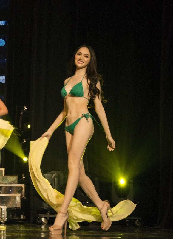 Giải trí - Clip: Hương Giang Idol catwalk điêu luyện trong phần thi bikini