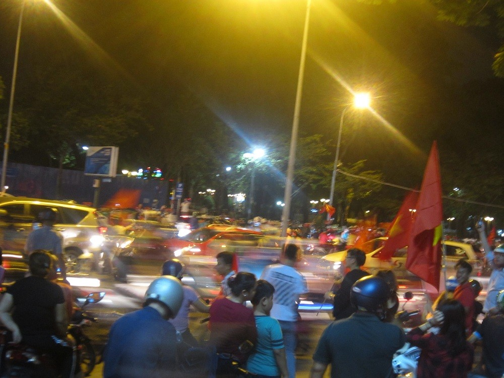 U.23 Việt Nam vào bán kết: Biển người đổ ra đường ăn mừng. - Hình 6